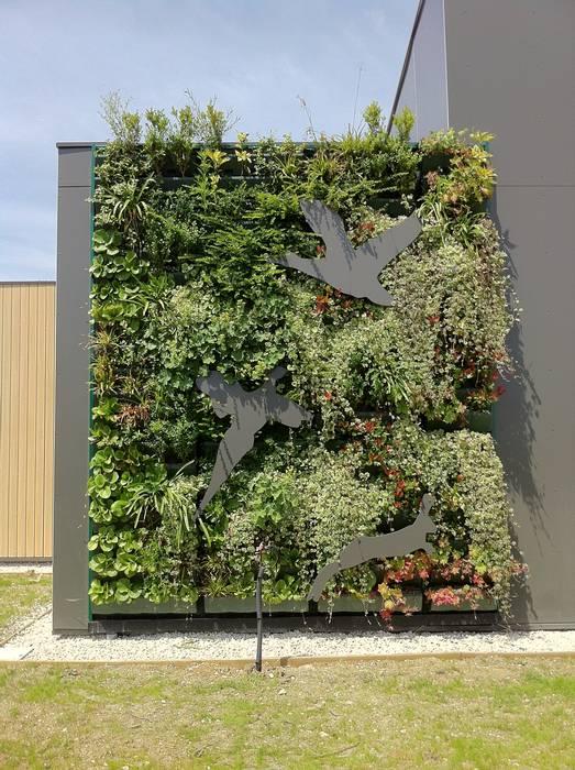 Façade végétalisée / Mur végétal extérieur VERTICAL FLORE: Maisons de style de style eclectique par Vertical Flore