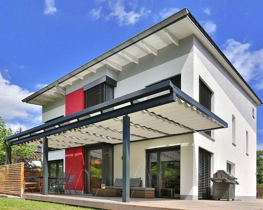 Toldos para casa: se adaptan a diferentes fachadas: minimalist  by TOLDOS SPANNMAXXL.de, Minimalist Textile Amber/Gold