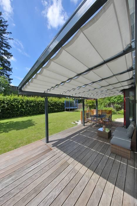 Toldos para terraza o pérgola Jardins modernos por TOLDOS SPANNMAXXL.de Moderno Madeira Efeito de madeira