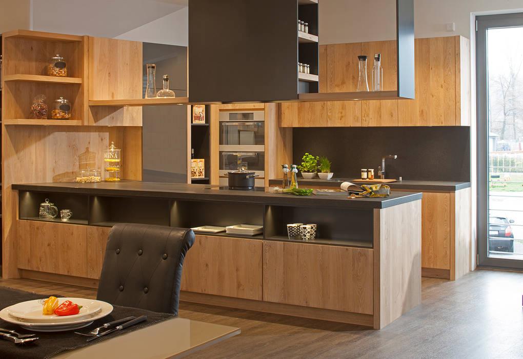 Küche im modernen Landhausstil :  Küche von BAUR WohnFaszination GmbH
