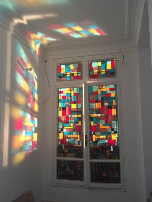 Vitrail contemporain pour entrée : Couloir et hall d'entrée de style  par L'Ame du Vitrail