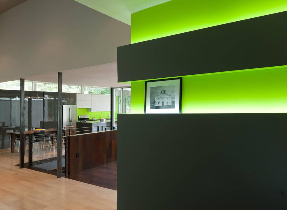 现代客厅設計點子、靈感 & 圖片 根據 KUBE Architecture 現代風