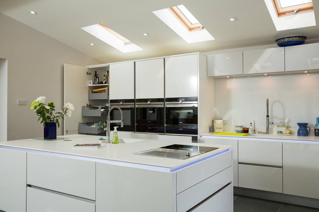Nobilia Project 11 Gloss lacquer in white with continuous handle rail Cocinas de estilo moderno de Eco German Kitchens Moderno Tablero DM