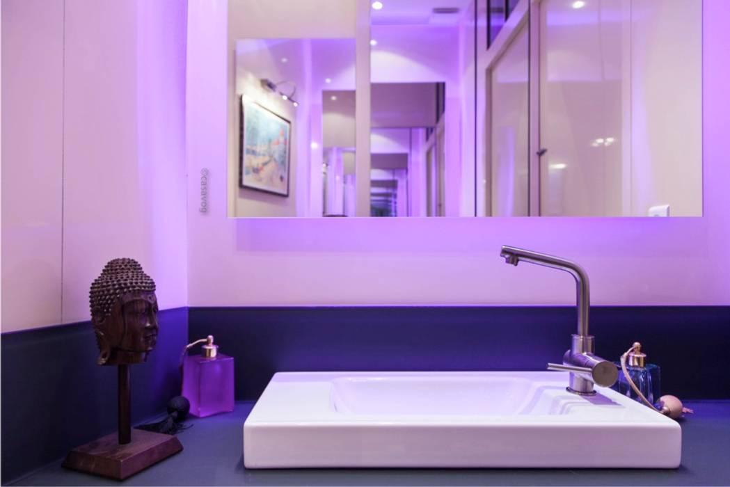 Cabinet de toilettes attenant à la salle d'eau: Salle de bains de style  par Casavog