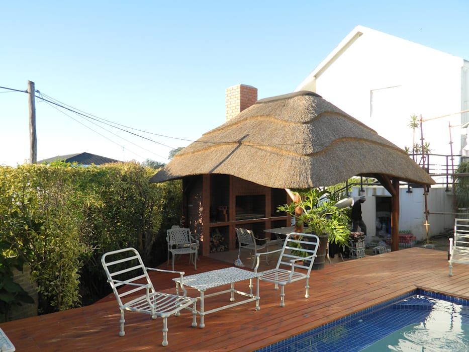 Thatch Lapa by Pool:  Patios by Cintsa Thatching & Roofing, Rustic
