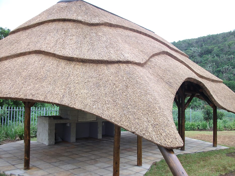 Thatch Lapa with built in Braai & Tiling Rustic style garden by Cintsa Thatching & Roofing Rustic