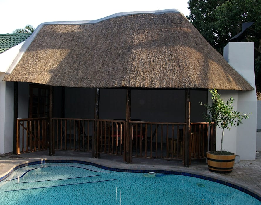 Thatch lapa by pool:  Pool by Cintsa Thatching & Roofing, Rustic