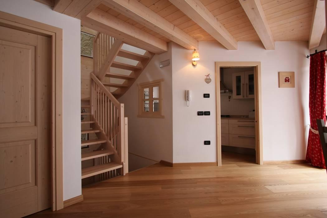Pasillos, vestíbulos y escaleras de estilo rústico de Cubisoft Rústico Madera Acabado en madera