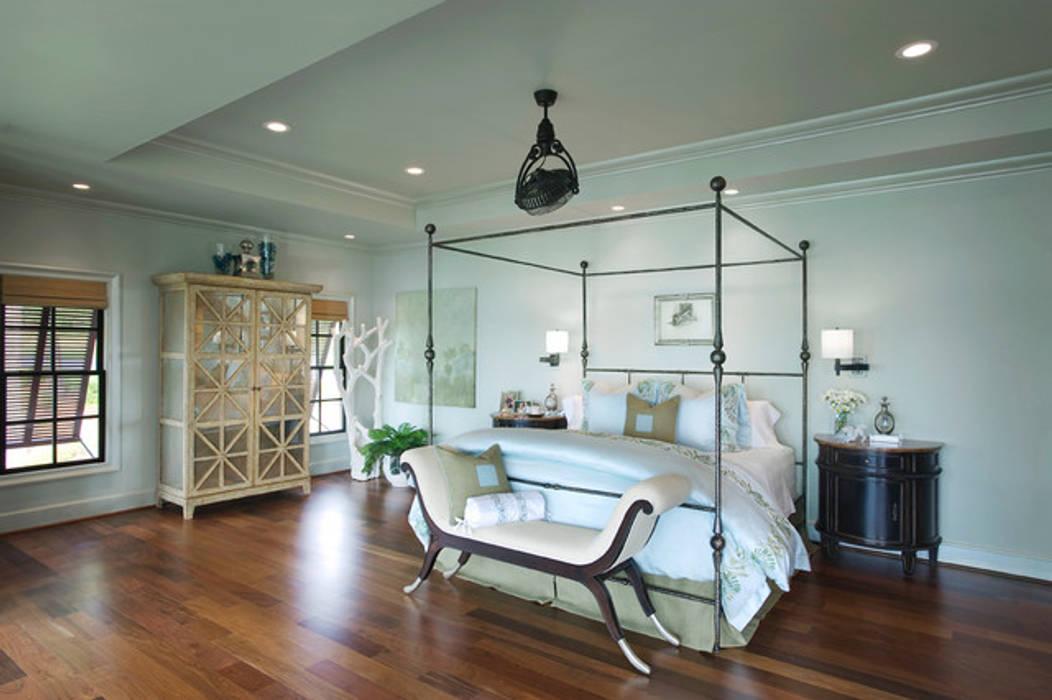 Camera da letto in stile tropicale di Casa Bruno American Home Decor Tropicale