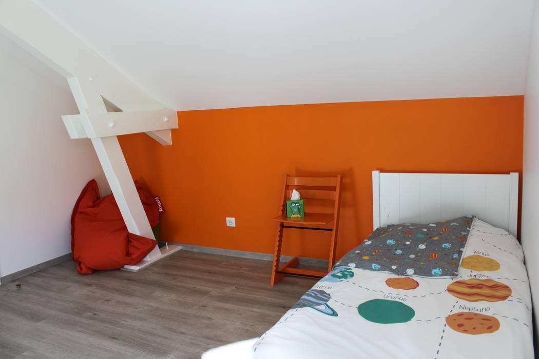 Chambre enfant orange vif: Chambre d'enfant de style  par AMNIOS