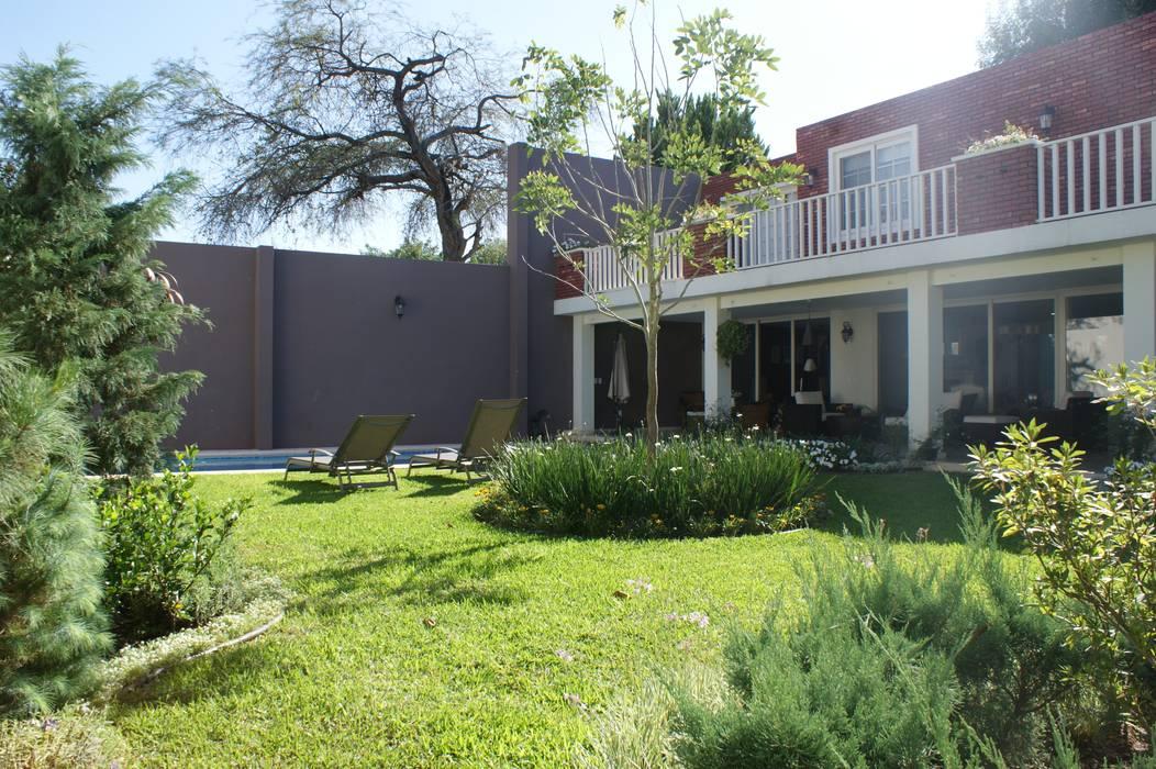 Classic style garden by Arquimia Arquitectos Classic