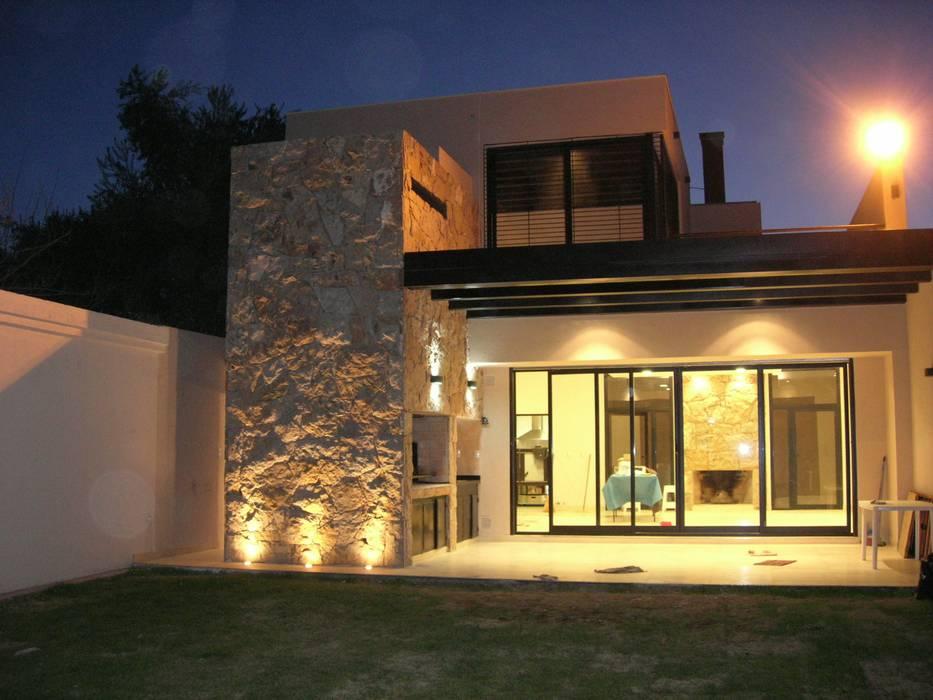 QUINCHO FAMILIAR Casas modernas: Ideas, imágenes y decoración de MABEL ABASOLO ARQUITECTURA Moderno