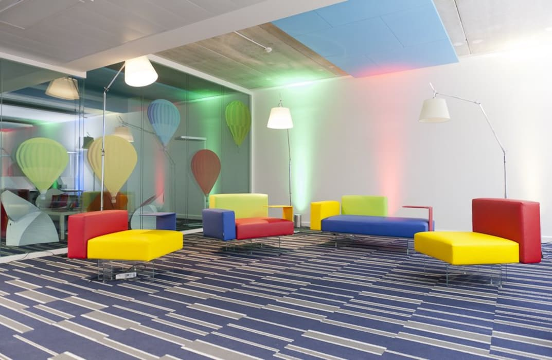 el color comunica® Paredes y pisos modernos de Consultora Gallardo Moderno