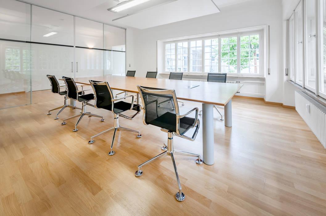 Besprechungsraum im Kaminzimmer PFERSICH Büroeinrichtungen GmbH Klassische Bürogebäude