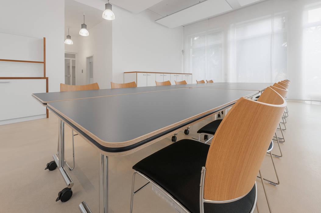 Mobile Konferenztische und Stapelstühle PFERSICH Büroeinrichtungen GmbH Klassische Bürogebäude