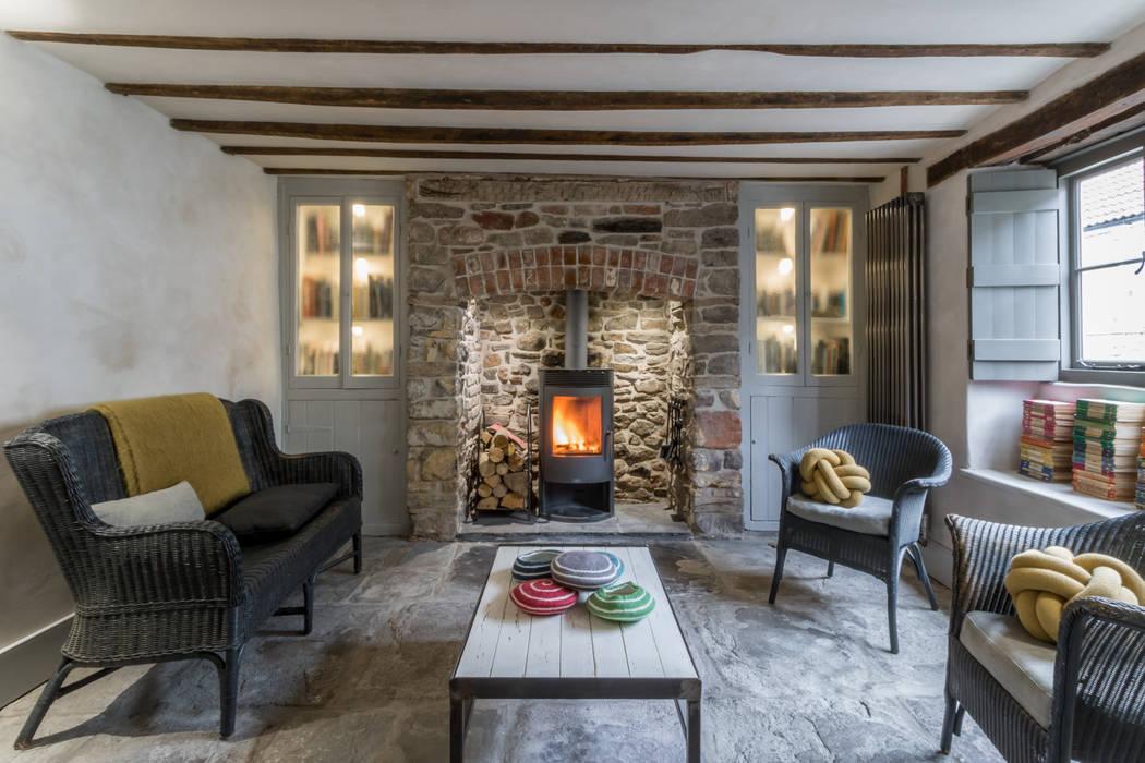 Salas de estar rústicas por design storey