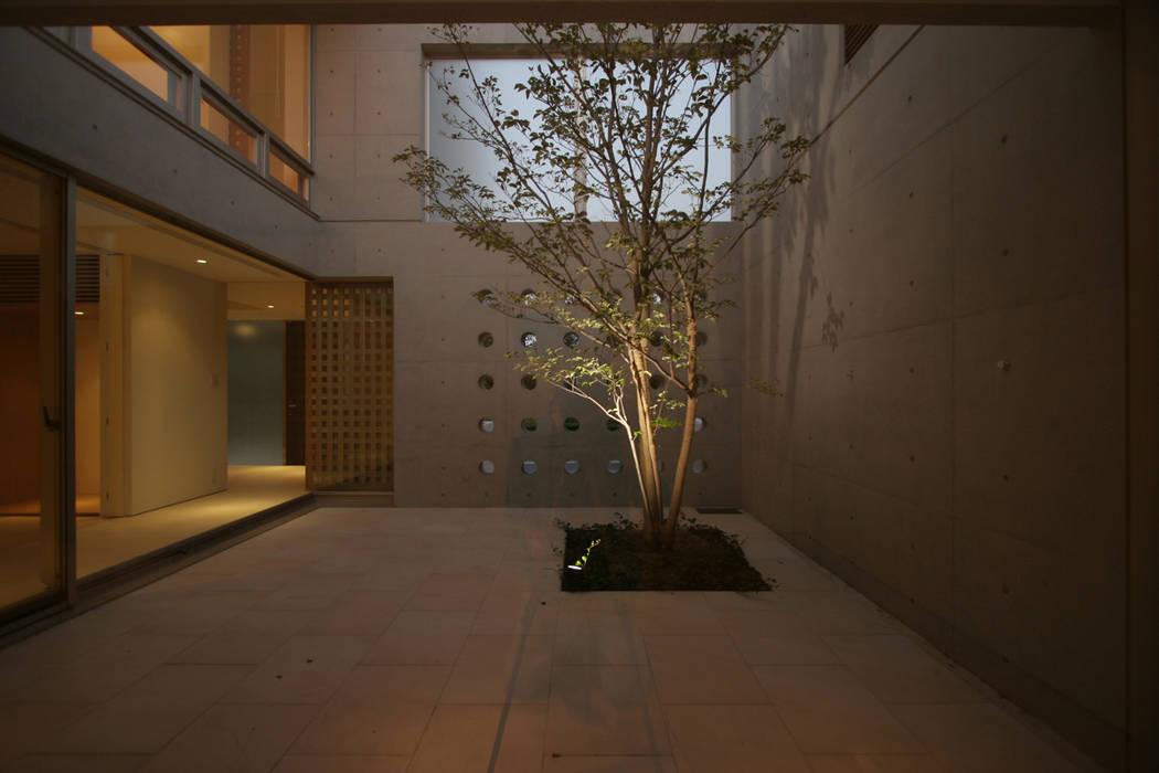 中庭 モダンな庭 の Atelier Square モダン タイル