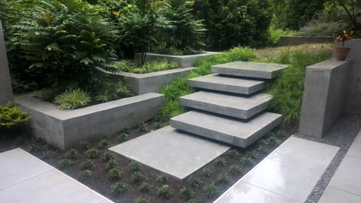 moderne terrasse mit wasserfall, sitzbank und treppenstufen: garten