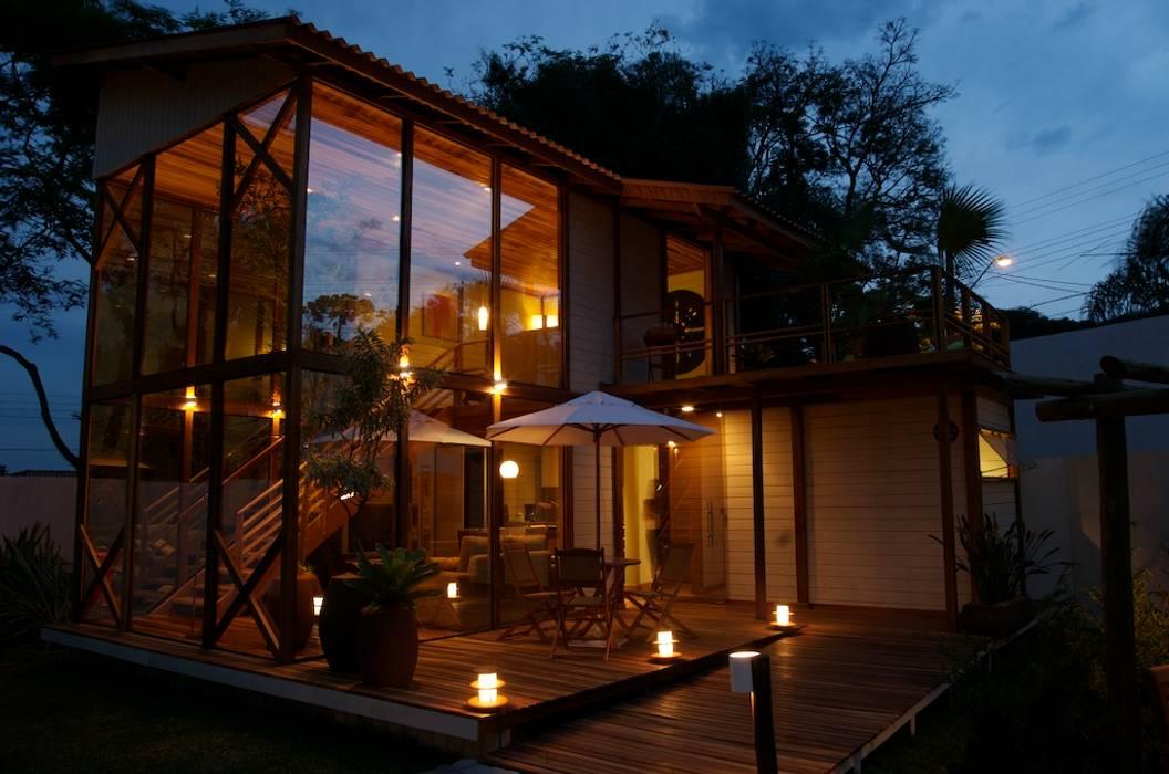 Tropical style houses by Juliana Lahóz Arquitetura Tropical Wood Wood effect