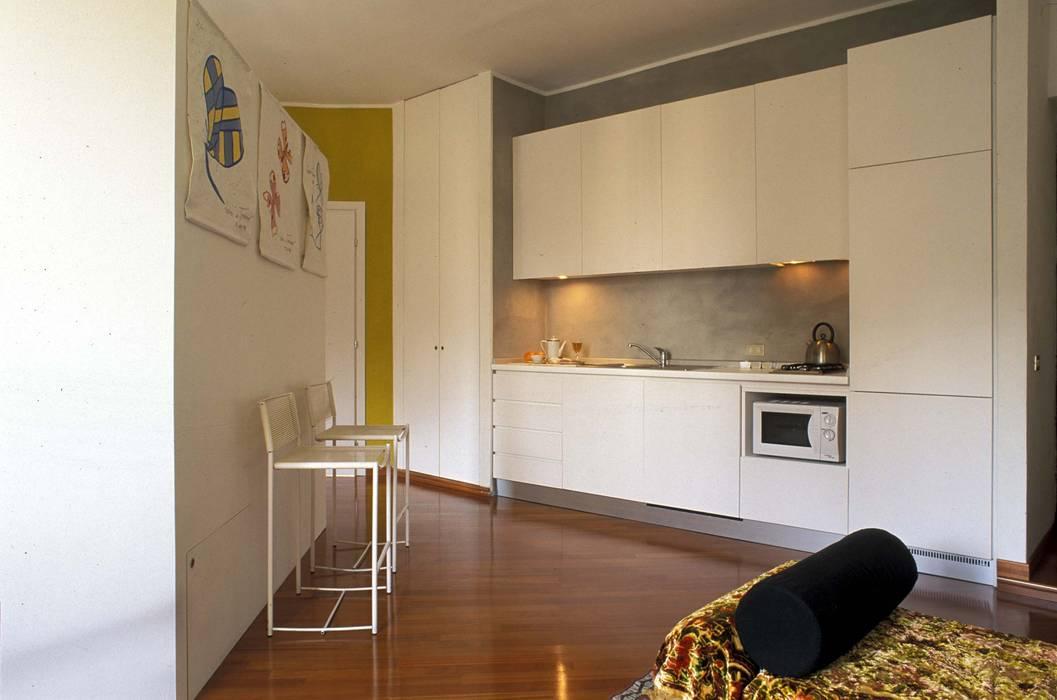 CUCINA IN LINEA ROBERTA DANISI architetto Cucina moderna Legno Bianco