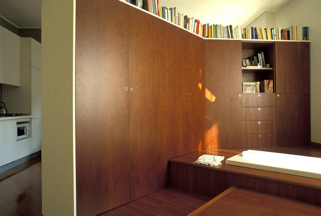 Armadi Per Camera Da Letto Su Misura : Pedana a piu livelli e armadio su misura camera da letto in