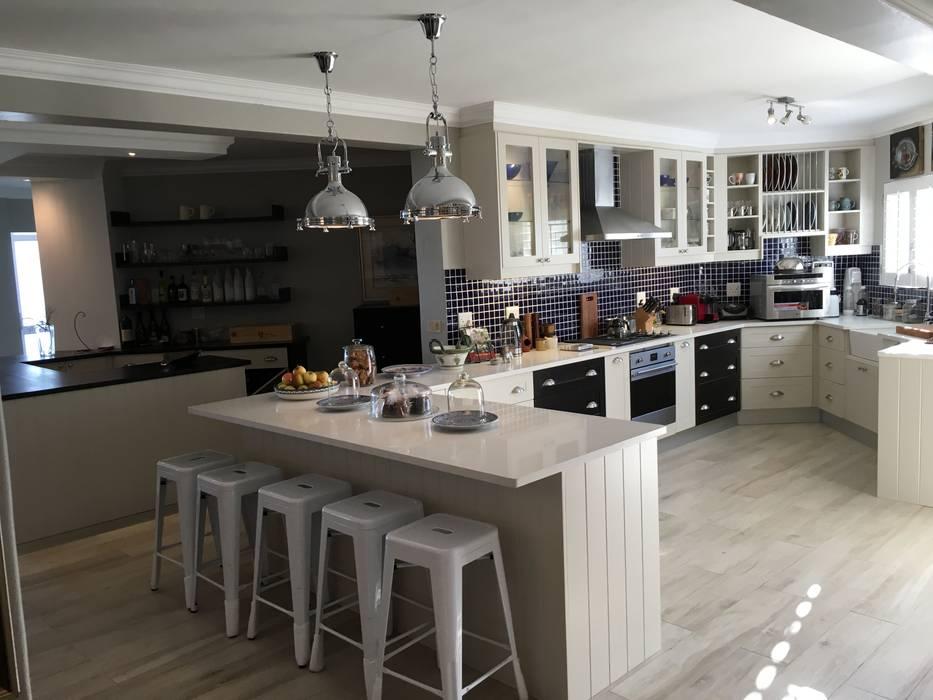 De Kelders Residence Hermanus Western Cape:  Kitchen by CS DESIGN