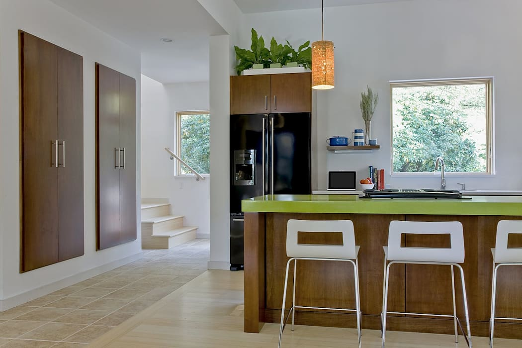 Kitchen island, floating pantry, and stairs to second level ZeroEnergy Design 現代廚房設計點子、靈感&圖片 Brown