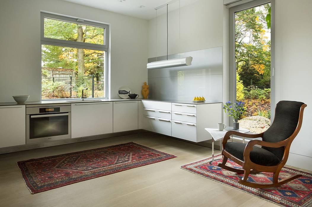 Modern floating kitchen with glass backsplash Modern Kitchen by ZeroEnergy Design Modern