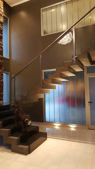 Escalera: Pasillos y recibidores de estilo  por Saleme Sanchez Arquitectos,Moderno Hormigón