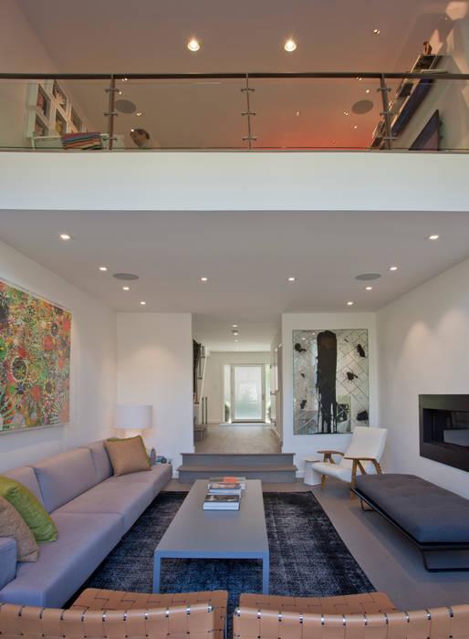 Georgetown Living Room & Loft Lighting 现代客厅設計點子、靈感 & 圖片 根據 Hinson Design Group 現代風