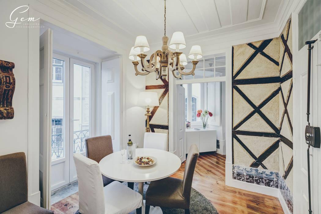 """Casa Pombalina: """"de velho a novo"""". Salas de jantar rústicas por Obrasdecor Rústico Madeira maciça Multicolor"""