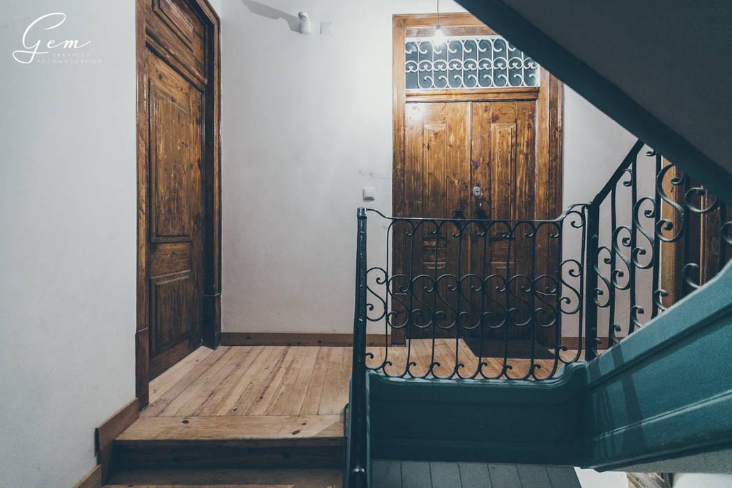 """Casa Pombalina: """"de velho a novo"""". Corredores, halls e escadas rústicos por Obrasdecor Rústico Madeira Acabamento em madeira"""