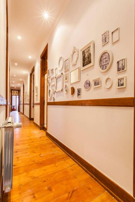 Apartamento Alma Lusa, uma casa portuguesa, com certeza!: Corredores e halls de entrada  por alma portuguesa,Rústico