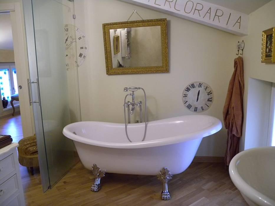 bagno: Bagno in stile in stile classico di A2architetti