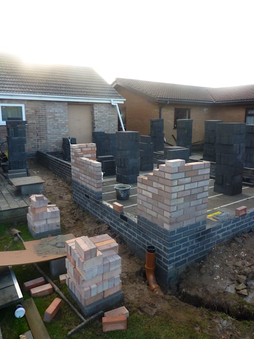 Bungalow extension brick and block cavity walls under construction の JMAD Architecture (previously known as Jenny McIntee Architectural Design)