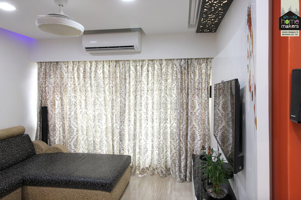 Curtains:  Living room by home makers interior designers & decorators pvt. ltd.