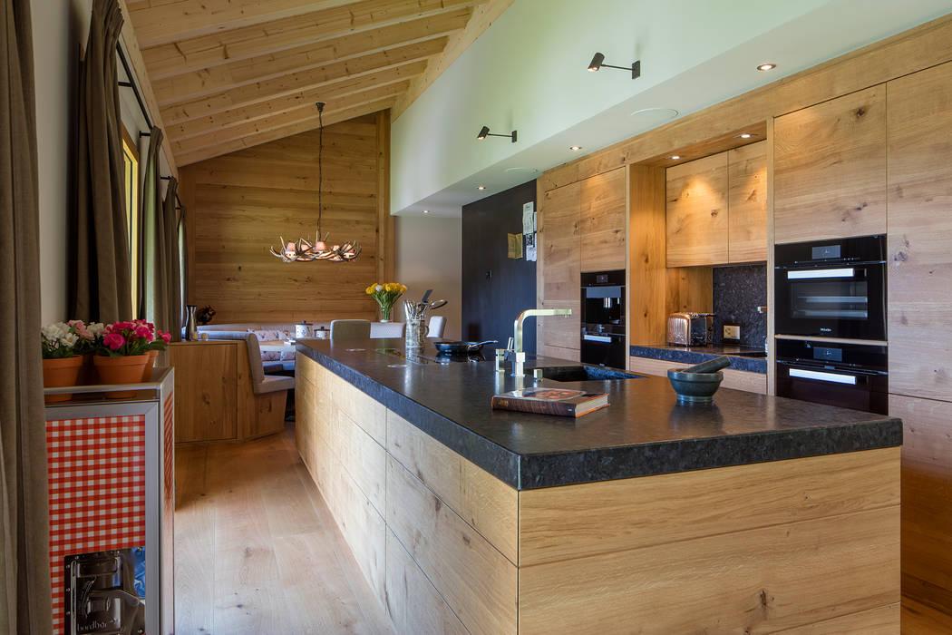 Moderne massivholzküche im chalet: küche von baur wohnfaszination ...