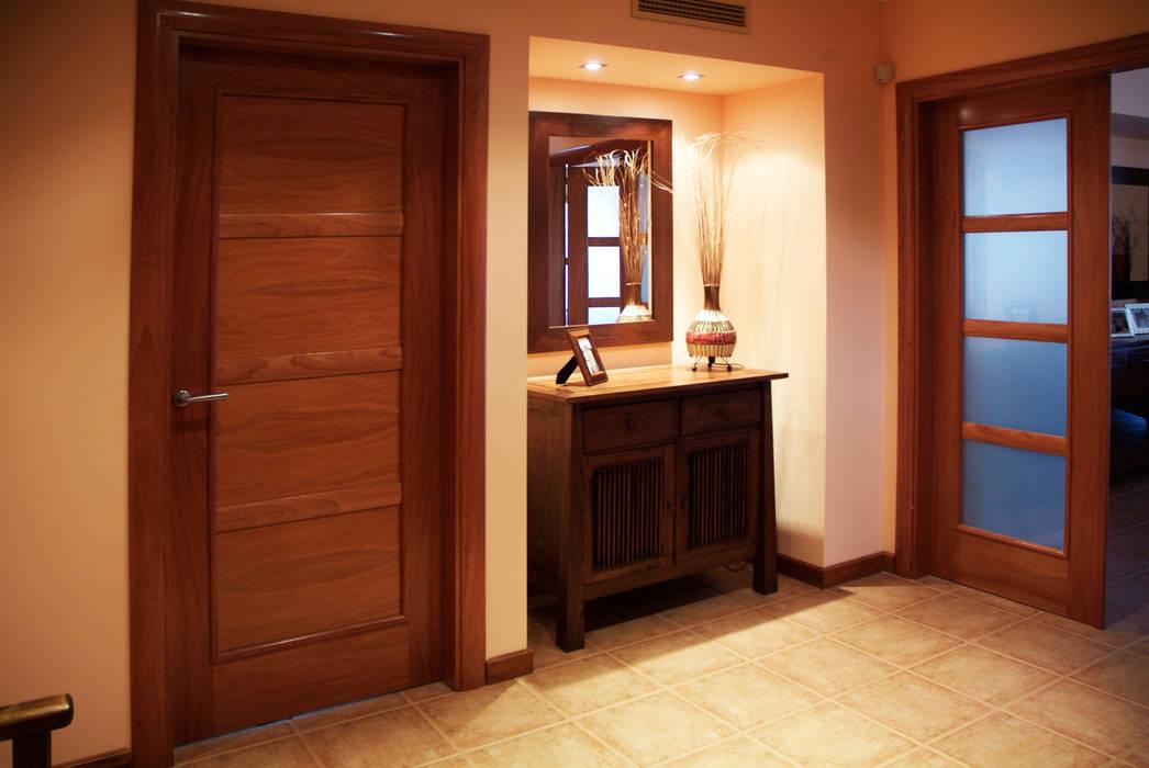 CASA GARRIGUES Pasillos, vestíbulos y escaleras de estilo mediterráneo de RIBA MASSANELL S.L. Mediterráneo Madera Acabado en madera