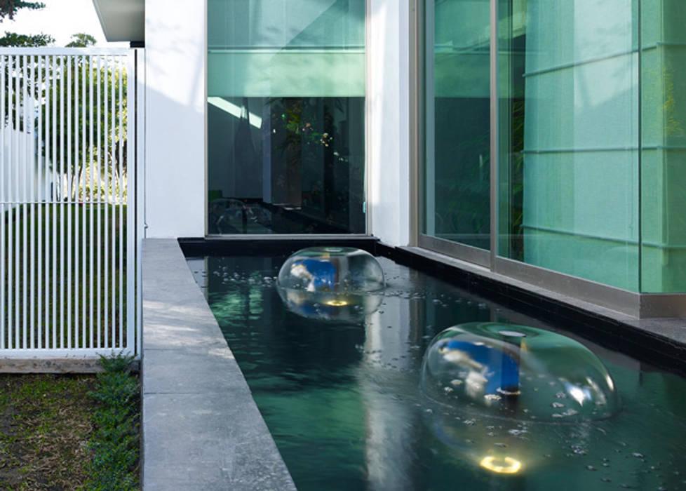 FUENTE LATERAL: Casas de estilo moderno por Excelencia en Diseño
