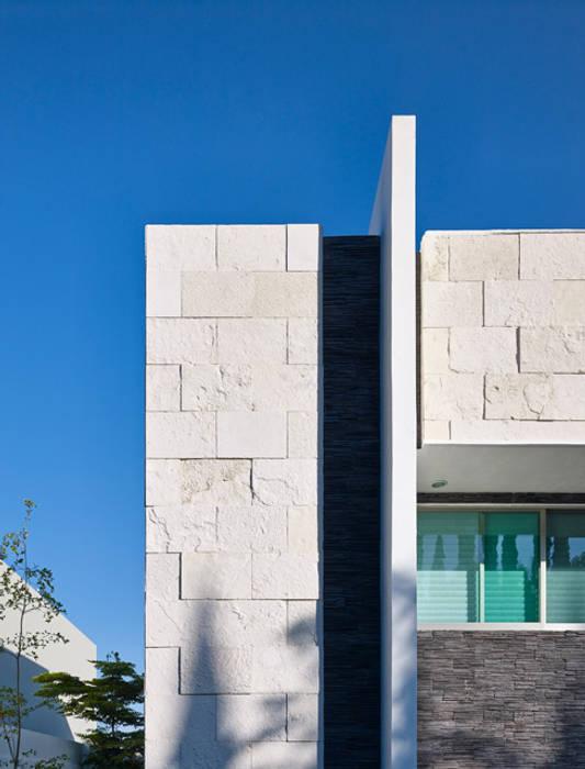 DETALLE DE FACHADA: Casas de estilo moderno por Excelencia en Diseño