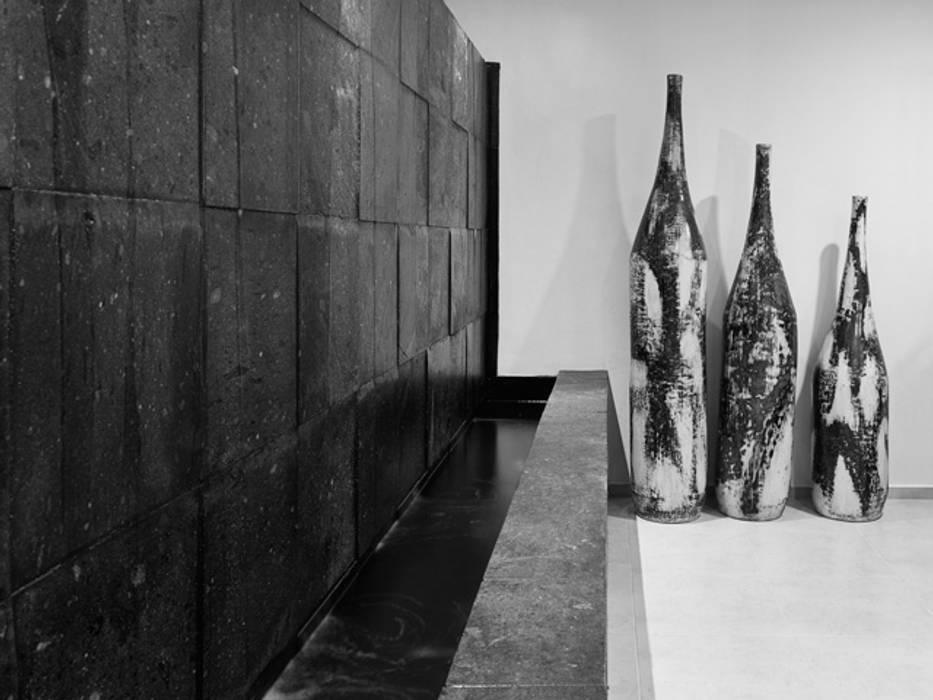 FUENTE DE INGRESO: Pasillos y recibidores de estilo  por Excelencia en Diseño