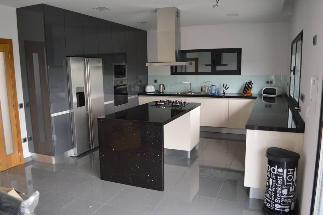 Cozinha com ilha, colunas, forra de vidro e electrodomésticos encastrados Cozinhas modernas por Ansidecor Moderno Derivados de madeira Transparente