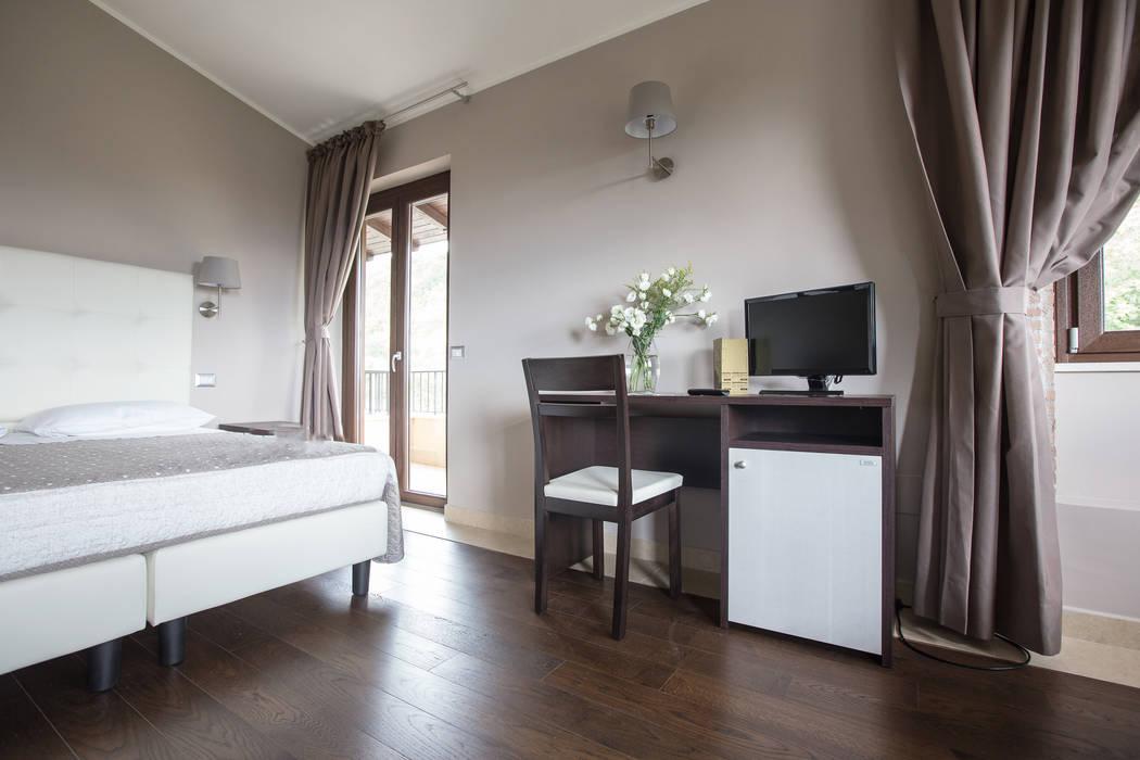 Scrivania con vano frigobar-desk: camera da letto in stile di ...