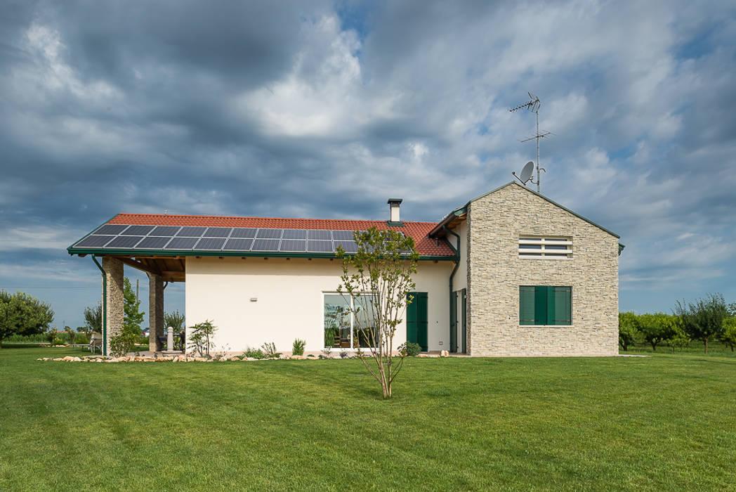 Una villa immersa nel verde: Casa unifamiliare in stile  di Woodbau Srl