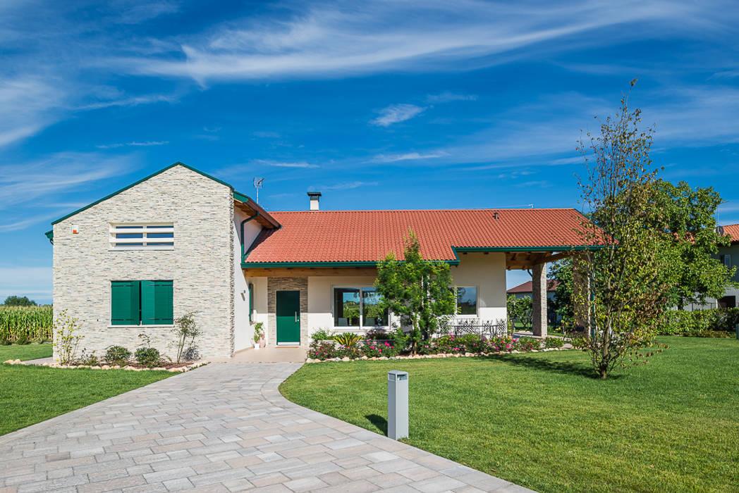 Una villa immersa nel verde: Villa in stile  di Woodbau Srl