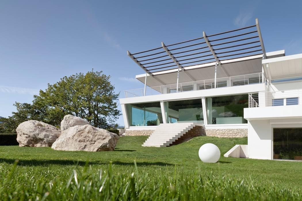 Villa in collina Case moderne di Mangodesign Moderno