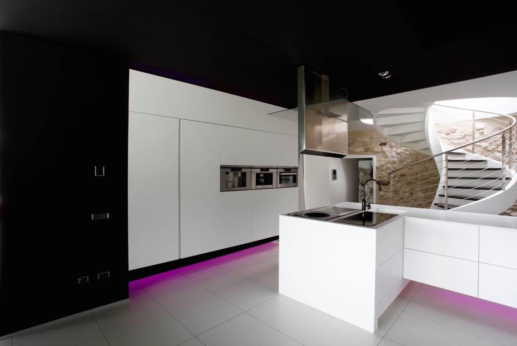 Villa in collina: Cucina in stile in stile Moderno di Mangodesign
