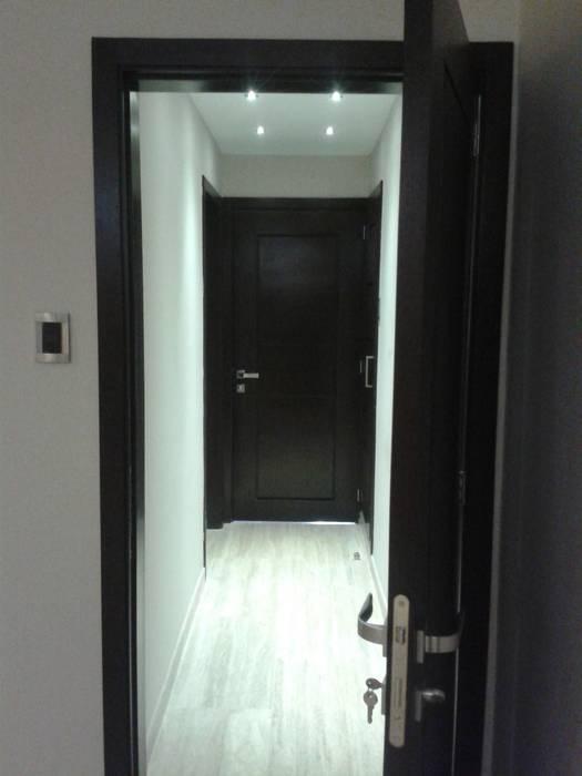 AREA PASILLO HACIA AREA PRIVADA Pasillos, vestíbulos y escaleras de estilo minimalista de CelyGarciArquitectos c.a. Minimalista Madera Acabado en madera