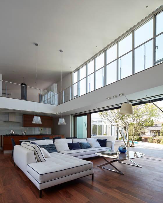 modern living room by mアーキテクツ 高級邸宅 豪邸 注文住宅 別荘