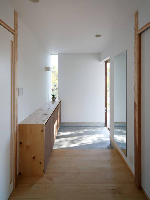Pasillos y vestíbulos de estilo  de 祐建築設計事務所